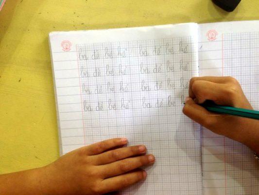 tap viet 1 533x400 - Trẻ bắt đầu tập viết và luyện chữ. Bố mẹ cần chuẩn bị những gì?