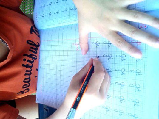 tap viet 3 533x400 - Trẻ bắt đầu tập viết và luyện chữ. Bố mẹ cần chuẩn bị những gì?