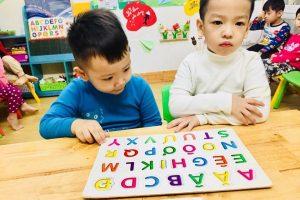 phuong phap montessori 3 1 300x200 - Cha mẹ hãy đồng hành cùng con trong học bảng chữ cái in hoa