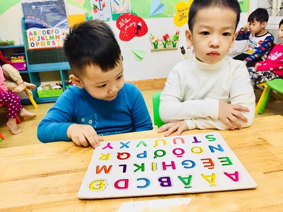 phuong phap montessori 3 1 - Cha mẹ hãy đồng hành cùng con trong học bảng chữ cái in hoa